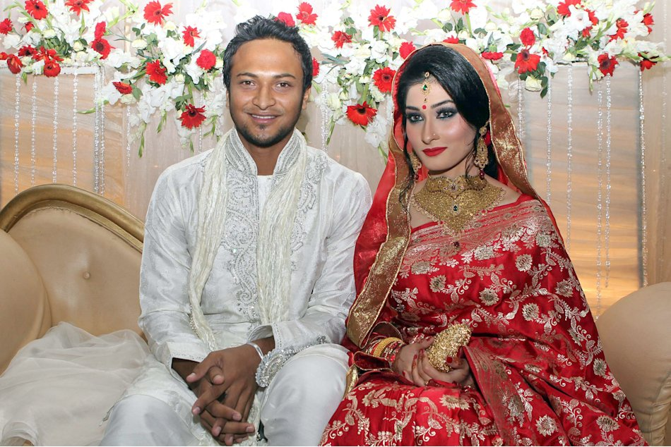 Bangladesh cricket player Shakib al Hasan (L) and his wife Umme Ahmed Shishir pose for a photo during their wedding ceremony in Dhaka on December 12, 2012. Bangladesh's star player and formerly th