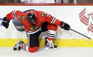 Blackhawks earn point in 21st straight game