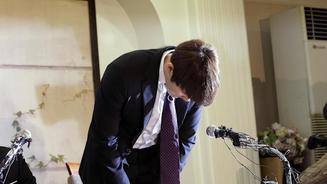 Former Olympic swimming champion Park Tae-hwan of South Korea bows during a news conference in Seoul, South Korea, Friday, March 27, 2015. Former Olympic swimming champion Park Tae-hwan of South Korea offered a public apology Friday, four days after receiving an 18-month ban for failing a doping test. (AP Photo/Lee Jin-man)