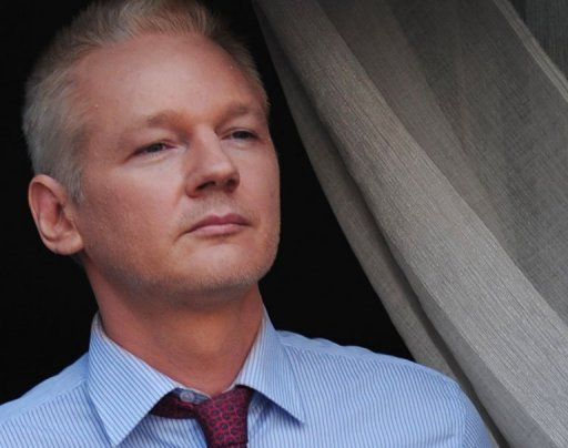 Wikileaks-Mitbegrnder Julian Assange hat Einblicke in seinen Alltag in der ecuadorianischen Botschaft in London gewhrt und fhlt sich dort nach eigenen Angaben &quot;wie in einer Raumstation&quot;. Wie die britische Zeitung &quot;Mail on Sunday&quot; berichtet, arbeitet der 41-jhrige Australier in seinem kleinen Zimmer, das Platz fr eine Matratze auf dem Boden bietet, tglich 17 Stunden an seiner Website. Auerdem hlt er sich mit Boxen fit
