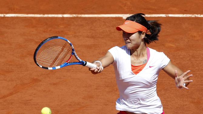 China's Li Na returns the ball to Belarus' Victoria Arazenka during their quarterfinal match of the French Open tennis tournament, at the Roland Garros stadium in Paris, Wednesday, June 1, 2011. (AP Photo/Christophe Ena)