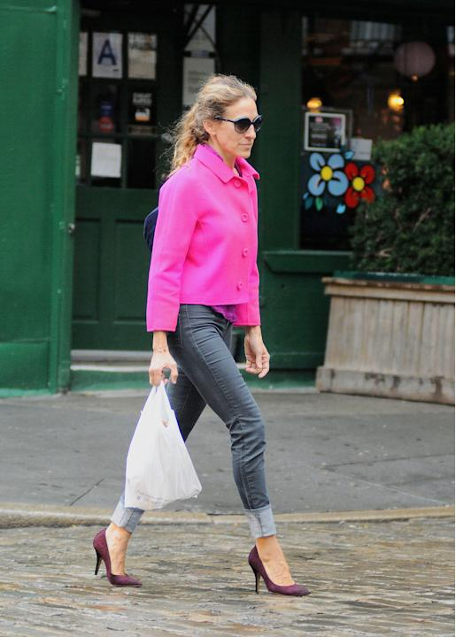 Running out for a forgotten can of cranberry sauce, are we? Work those jeans and neon jacket just like SJP. (Humberto Carreno/Startraks)