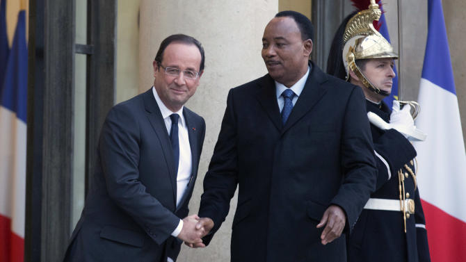 French President Francois Hollande, left , meets with Niger's President Mahamadou Issoufou prior to a meeting in Elysee Palace, Paris, Thursday, Nov. 15, 2012. (AP Photo/Jacques Brinon)