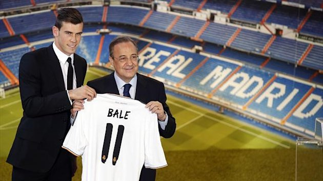 Gareth Bale (L) of Wales hold his new Real Madrid soccer club jersey accompanied by president Florentino Perez at the Santiago Bernabeu stadium in Madrid September 2, 2013 (Reuters)
