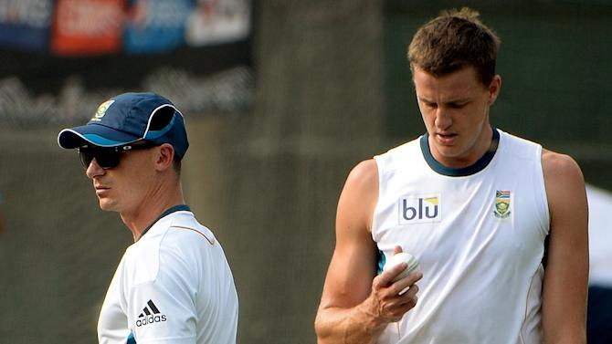 South Africa's cricketers Dale Steyn (L) and Morne Morkel, pictured during a training session in Dhaka, in April 2014