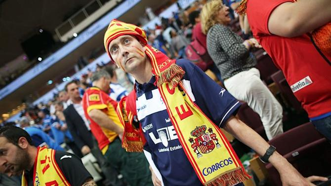 . Lusail (Qatar), 30/01/2015.- Spanish fans are dejected after their team lost the Qatar 2015 24th Men's Handball World Championship semi final match between Spain and France at the Lusail Multipurpose Hall outside Doha, Qatar, 30 January 2015. Qatar 2015 via epa/Srdjan Suki Editorial Use Only/No Commercial Sales