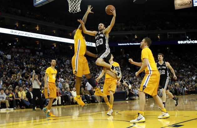 San Antonio Spurs Ginobili drives to the basket against Golden State Warriors Lee (R) and Green during the second half of their NBA basketball game in Oakland