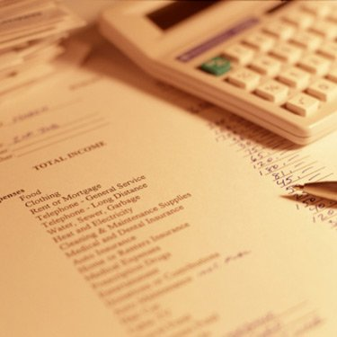 Expenses-checklist-with-pen-and-calculator_web