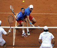 Los checos Tomas Berdych (I) y Radek Stepanek (D), suben a la red ante la presin de los argentinos Carlos Berlocq y Eduardo Schwank, en partido semifinal de la Copa Davis jugado el 15 de setiembre de 2012 en el Parque Roca de Buenos Aires. (AFP | alejandro pagni)