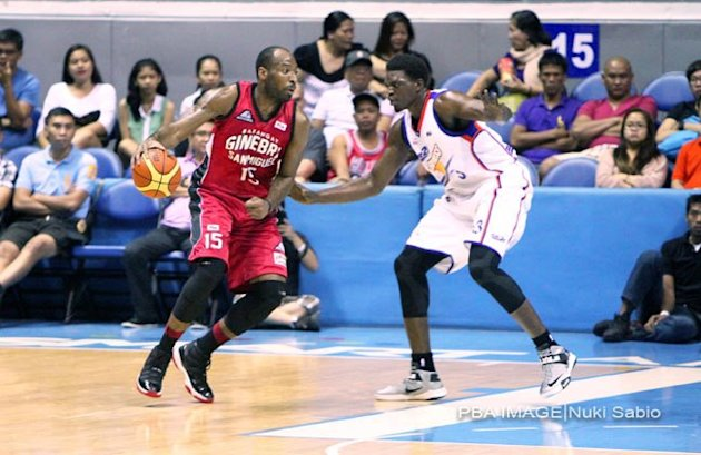 Barangay Ginebra&#39;s Herbert Hill and Air21&#39;s Michael Dunigan. (Nuki Sabio/PBA Images)