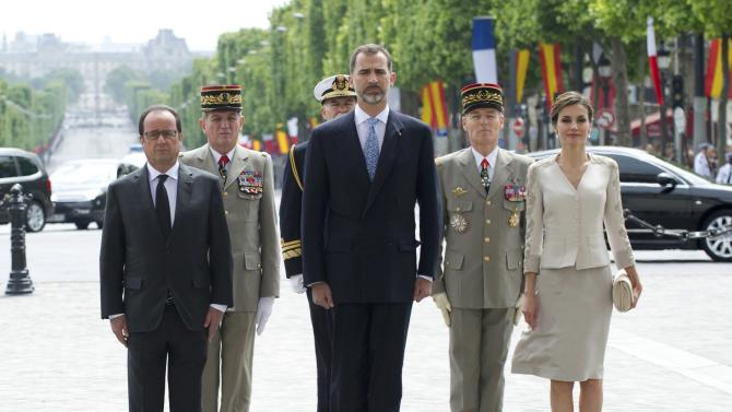 French President Hollande, Spain's King Felipe VI and Queen Letizia attend a ceremony at the Arc de Triomphe in Paris