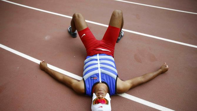 Eaton of the U.S. rests with a cooling face mask as he competes in the pole vault event of the men's decathlon during the 15th IAAF World Championships at the National Stadium in Beijing