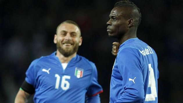 Mario Balotelli (R) celebrates scoring a goal with team mate Daniele De Rossi during their international friendly soccer match against Brazil (Reuters)