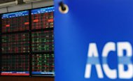 The screen of share prices is seen turning almost red at an Asia Commercial Bank (ACB)&#39;s securities trading floor in Hanoi on August 22, 2012. Vietnam&#39;s stock markets have lost nearly $4.0 billion in value after two top bankers were arrested this week in a widening police probe into the banking sector, state media said Friday