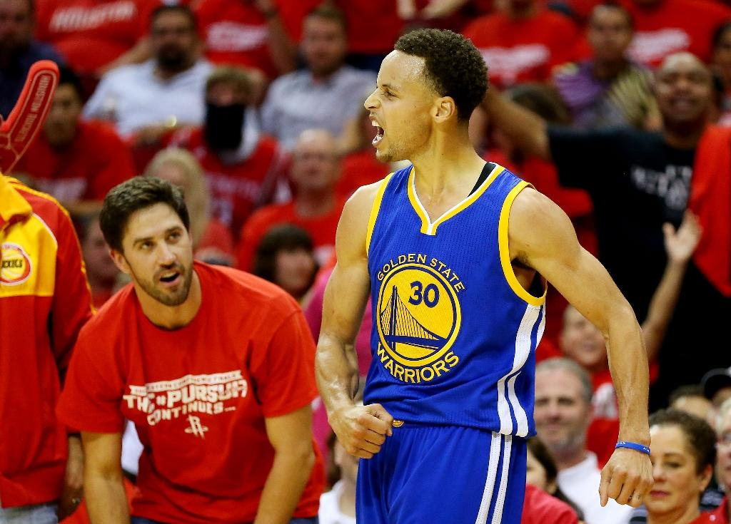 Stephen Curry falls to floor, leaves Warriors-Rockets Game 4 with head contusion