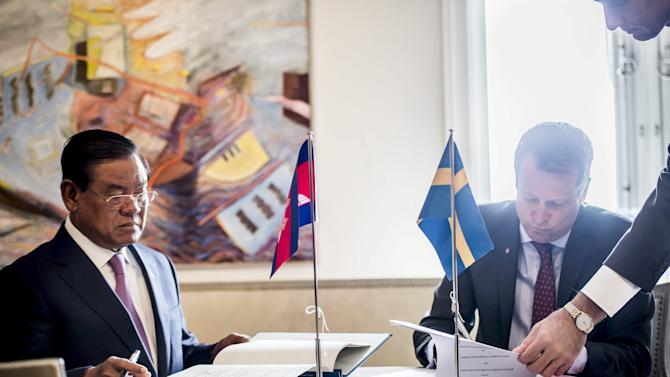 Cambodian Deputy Prime Minister and Interior Minister Sar Kheng and Swedish Minister of the Interior Anders Ygeman sign a cooperation agreement between the two countries in Stockholm