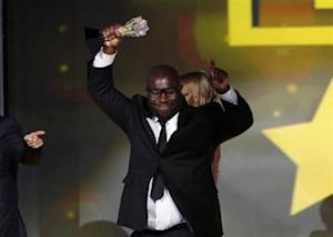 """Director Steve McQueen holds up the award for best picture for the film """"12 Years a Slave"""" at the 19th annual Critics' Choice Movie Awards in Santa Monica, California January 16, 2014. REUTERS/Mario Anzuoni"""