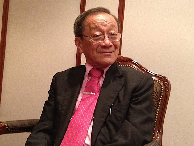 Veteran economist Lim Chong Yah on Thursday drove home his proposal to impose a moratorium on Singapore's highest earners' salaries while systematically working to increase the lowest-earners' salaries to $1,000 a month over three years. (Yahoo! photo)