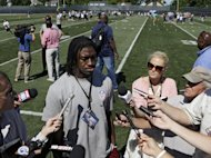 El quarterback novato de los Redskins de Washington, Robert Griffin III, habla con la prensa durante una clnica para jvenes de la NFL en Berea, Ohio, el martes 26 de junio de 2012 (AP Foto/Mark Duncan)