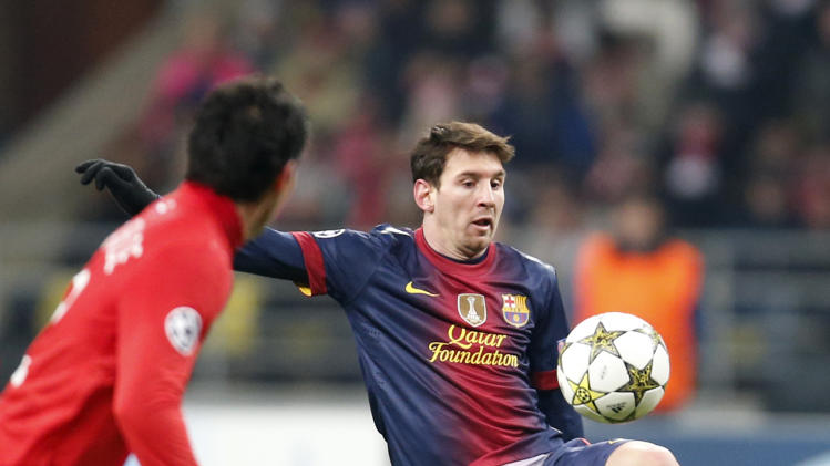 Barcelona's Lionel Messi, right, battles for the ball with Spartak Moscow's Juan Insaurralde during their Group G Champions League soccer match at the Luzhniki stadium in Moscow, Russia, Tuesday, Nov. 20, 2012. (AP Photo/Misha Japaridze)