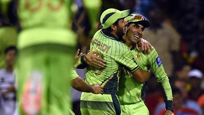 Pakistan captain Misbah-ul Haq (R) hopes his team's exhausting flight schedule won't undermine their World Cup hopes as they prepare to tackle the UAE