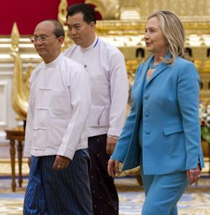 Myanmar's President Thein Sein, left, meets with U.S. Secretary of State Hillary Rodham Clinton during a meeting at the President's Office in Naypyidaw, Myanmar Thursday, Dec. 1, 2011. (AP Photo/Saul Loeb, Pool)