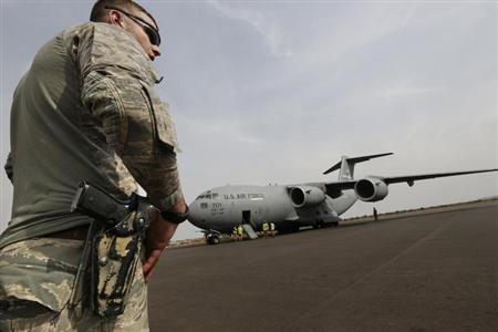 An American soldier stands guard after the arrival of a US Air Force C-17 transport plane with French troops at the airport in Bamako