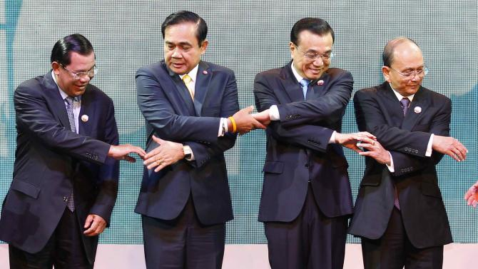 Cambodia's PM Hun Sen, Thailand's PM Prayuth, China's Premier Li and Myanmar's President Thein Sein join hands in Bangkok