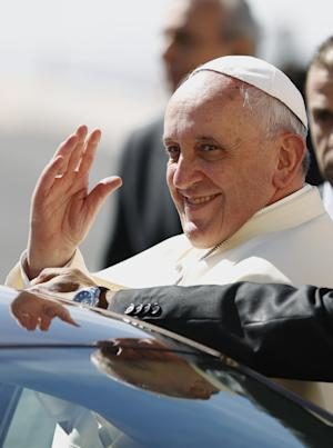 Pope Francis waves upon his arrival at the West Bank town of Bethlehem on Sunday, May 25, 2014. Pope Francis landed Sunday in the West Bank town of Bethlehem in a symbolic nod to Palestinian aspirations for their own state as he began a busy second day of his Mideast pilgrimage. (AP Photo/Mohamad Torokman, Pool)
