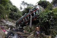 India, pullman precipita in gola di 100 metri: 52 morti
