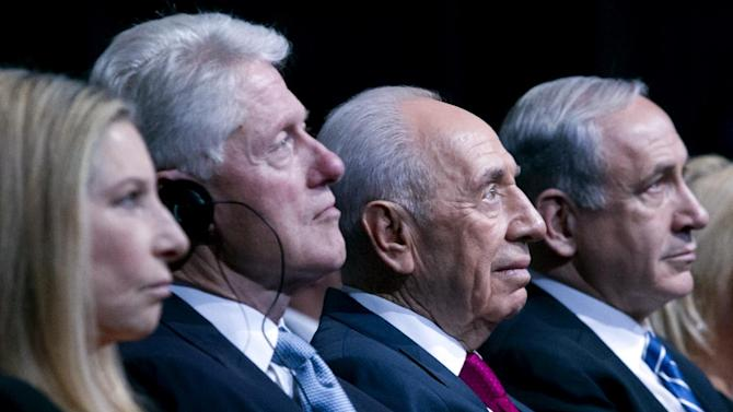 Israeli President Shimon Peres sits with former US President Bill Clinton during Peres' 90th birthday gala in Jerusalem, Tuesday June 18 2013.  At left is singer Barbra Streisand and at right is Israeli PM Benjamin Netanyahu. (AP Photo/ Jim Hollander, pool)