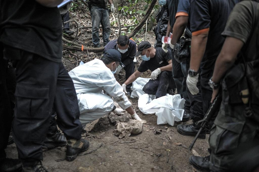 Malaysia removes bodies from jungle on eve of people-smuggling talks