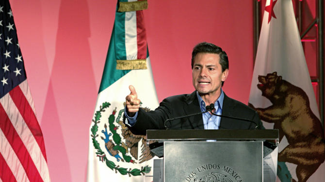 Mexico's President Enrique Pena Nieto speaks to Mexican-American community leaders