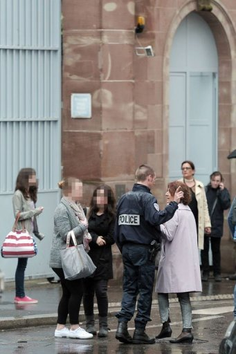 Des policiers devant un lyce de Strasbourg, le 17 mai 2013