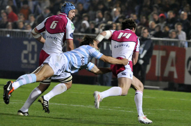Racing Metro's scrum-half Juan Martin Hernandez (C) tries tackle Cardiff Blues' Alex Cuthberton (R) on November 11, 2011 at Yves-du-Manoir olympic stadium in Colombes, near Paris, during their rugby u