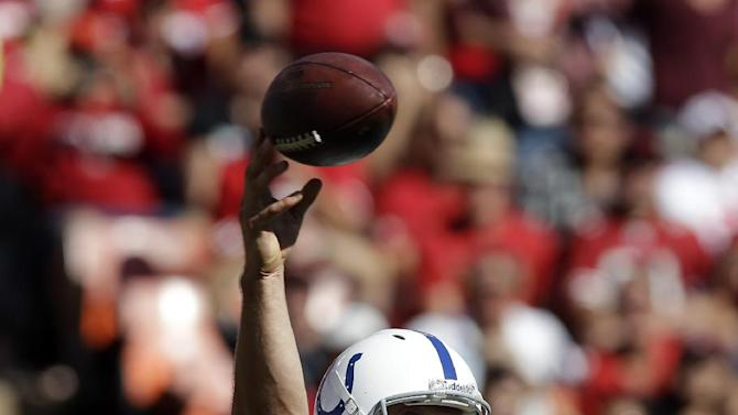 Luck outshines Kaepernick in Colts' upset of 49ers