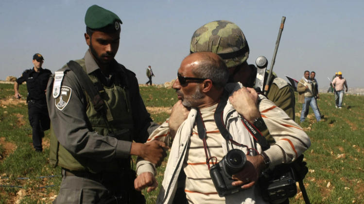 Israeli troops detain AP photographer
