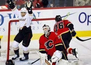 Winnik, Getzlaf lead Ducks past Flames 5-4