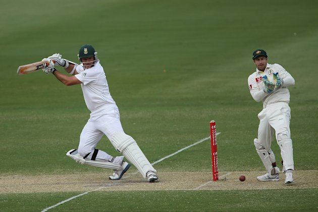 ADELAIDE, AUSTRALIA - NOVEMBER 23:  Graeme Smith of South Africa bats infront of Matthew Wade of Australia during day two of the Second Test match between Australia and South Africa at Adelaide Oval o