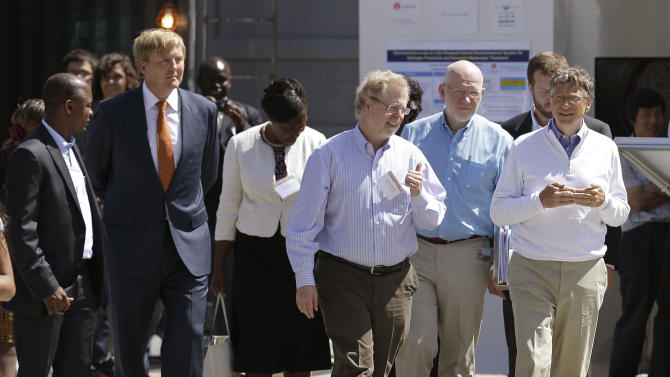 "Bill Gates, right, walks with guests at the ""Reinventing the Toilet"" Fair, Tuesday, Aug. 14, 2012, in Seattle. The event is part of a Bill & Melinda Gates Foundation competition to reinvent the toilet for the 2.6 billion people around the world who don't have access to modern sanitation. (AP Photo/Ted S. Warren)"