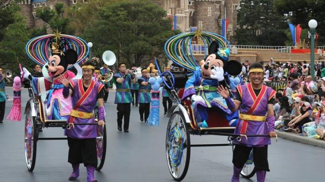 Tokyo Disneyland says it expects more visitors this year thanks to a weaker yen.