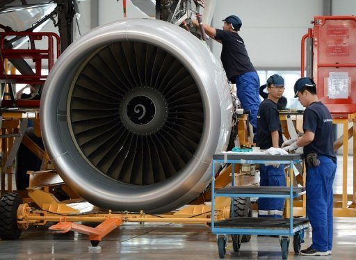 <p>Airbus employees install an engine on an A320 plane under construction at the final assembly line of an Airbus factory in the northern port city of Tianjin, China, on June 13. European aircraft maker Airbus plans to build its first plant in the United States, moving into the world's largest market for single-aisle planes, The New York Times reported Wednesday.</p>