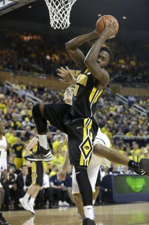 No. 2 Michigan rolls past Iowa 95-67