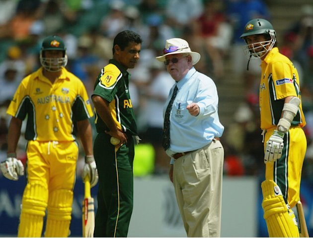Umpire David Shepherd warns Waqar Younis of Pakistan after he had bowled two 'Beamers'