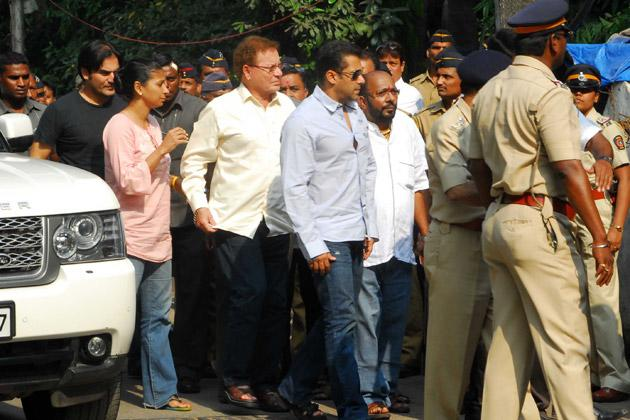 Bollywood stars visit Sena chief Bal Thackeray