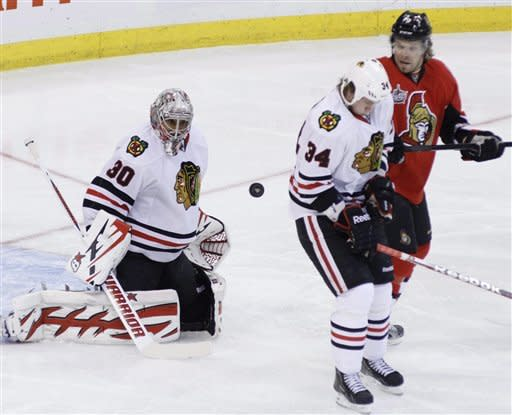 Hossa helps Blackhawks top Senators 2-1