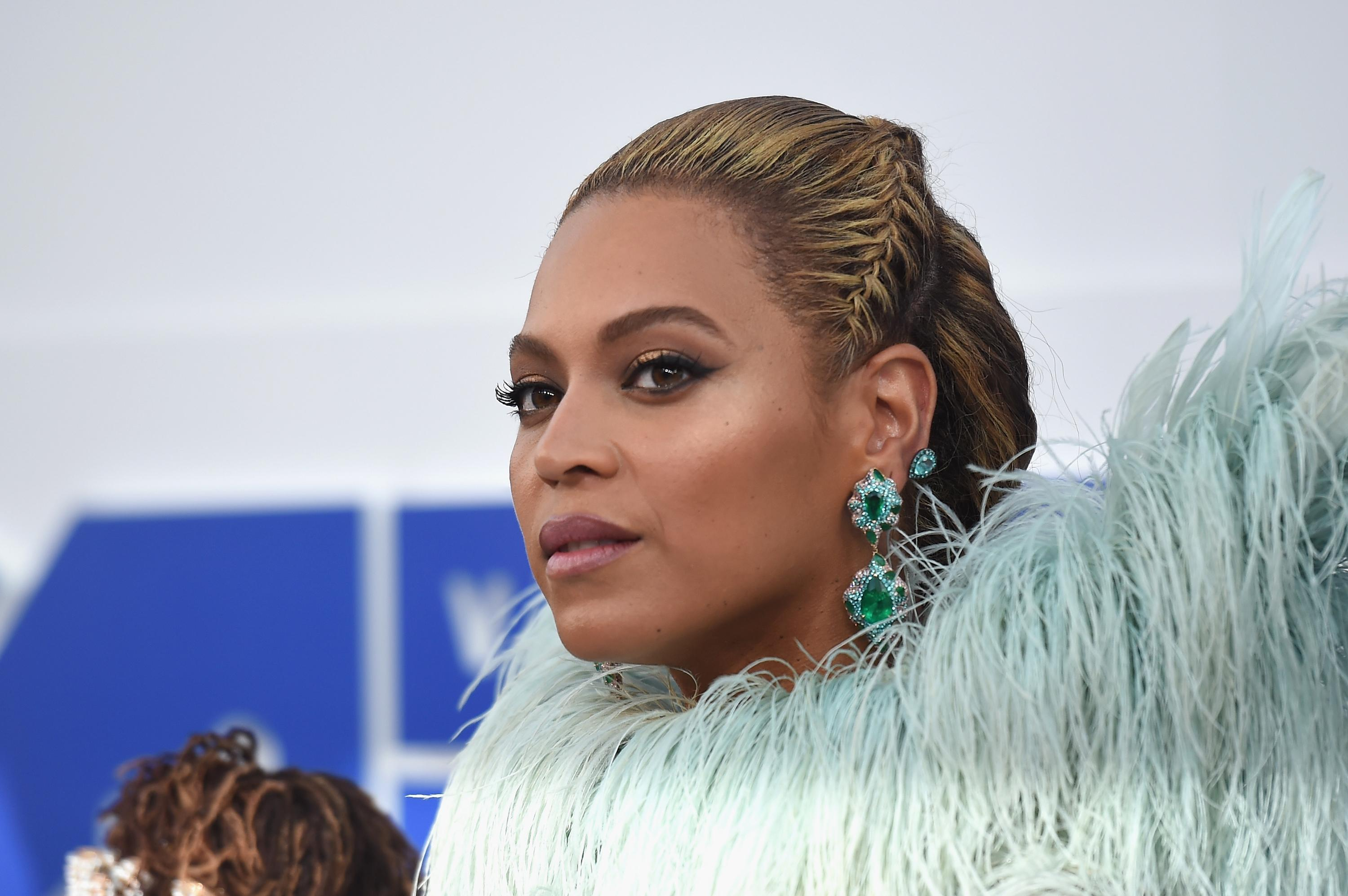 Twitter Users Mock Jay Z During Beyoncé's VMA Performance
