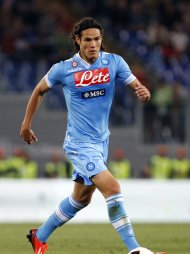 Napoli&#39;s Edinson Cavani controls the ball during their Italian serie A soccer match against AS Roma at the Olympic stadium in Rome May 19, 2013. REUTERS/Giampiero Sposito (ITALY - Tags: SPORT SOCCER)