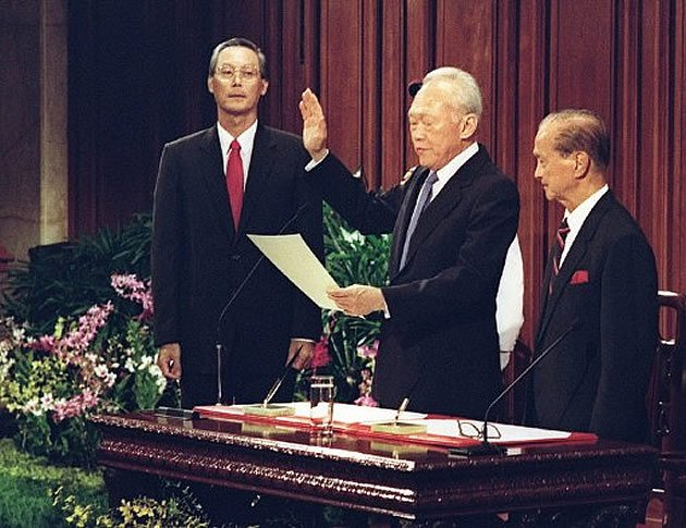 Former Prime Minister Lee Kuan Yew swears in as Senior Minister in Nov 1990. (AFP file photo)