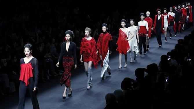 WUHONG13. Beijing (China), 28/03/2015.- Models present creations from the Silk Road Star Collection by designer Cheng Yingfen during the Mercedes-Benz China Fashion Week in Beijing, China, 28 March 2015. The fashion week runs until 31 March. (Moda) EFE/EPA/WU HONG